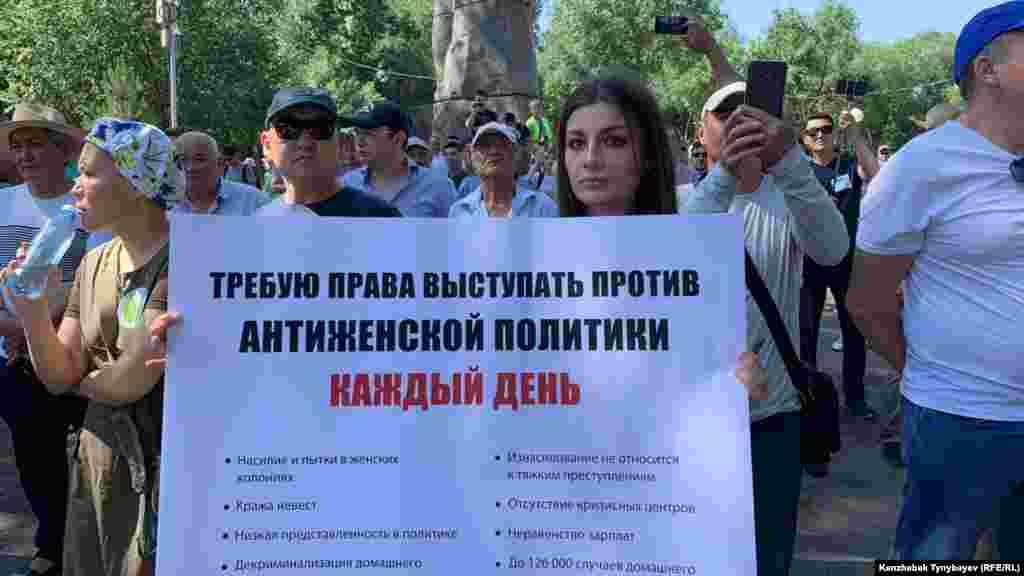 Его участники пришли с разными плакатами и лозунгами.