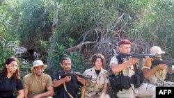نيروهای امنيتی لبنان همچنين تصاويری از مردان و زنان جوانی منتشر کردند که يونيفرم های نظامی به تن داشتند و اسلحه خودکار به دست گرفته بودند.