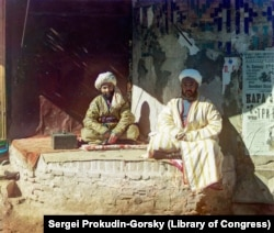 Мужчины в центре Самарканда