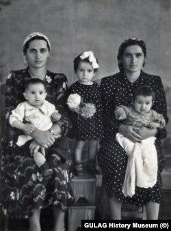 Сестры Якуба, Фадиман и Дебихан, с детьми. Джамбул, 1956 год