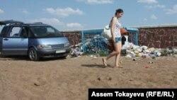 Қоянды су қоймасының жағасында жүрген қыз. Астана маңы. 2012 жылдығ жазы.