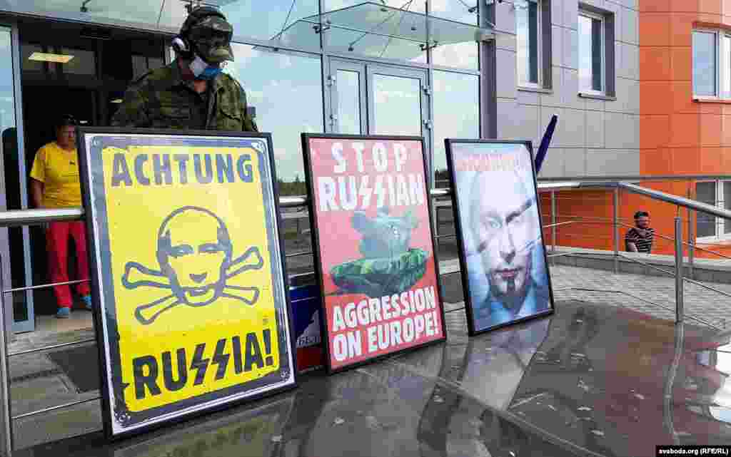 БЕЛГИЈА - Амбасадорите на ЕУ се согласиле да ја продолжат забраната за инвестиции на полуостровот Крим на уште една година. Извори блиски до прашањето за РСЕ соопштија дека санкциите официјално ќе бидат продолжени на министерско ниво во наредните две недели.