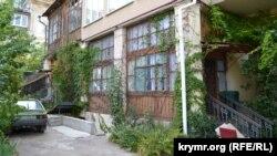 Внутренний двор дома №39 на улице Советской в Севастополе