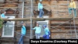 Волонтеры реставрируют деревянные наличники