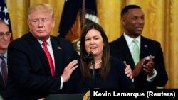 ვაშინგტონი, 2019 წლის 13 ივნისი: აშშ-ის პრეზიდენტი დონალდ ტრამპი (მარცხნივ) და სარა სანდერსი (მარჯვნივ) მას შემდეგ, რაც გავრცელდა ცნობა, რომ სანდერსი ტოვებს თეთრი სახლის პრეს-მდივნის პოსტს