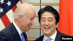 Japoni - Zëvendëspresidenti i Shteteve të Bashkuara Joe Biden (M) me kryeministrin e Japonisë Shinzo Abe (D) para fillimit të takimit në Tokio, 3 dhjetor 2013.