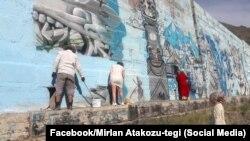 Активисттер граффитини өчүрүп жатышкан убагы. Боом капчыгайы, Кыргызстан. 28-июнь, 2019-жыл.