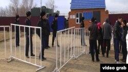 Родственники осужденных стоят у здания тюрьмы в Актобе. 9 ноября 2013 года.