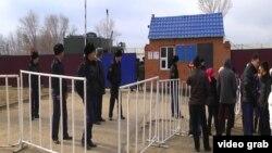 Родственники заключенных стоят у ворот тюрьмы в Актобе, где, по их информации, прошли беспорядки. 9 ноября 2013 года.