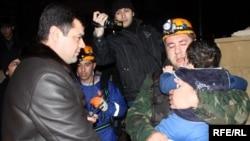 Спасатели МЧС выводят жильцов из задымленного 7-этажного здания в Ясамальском районе Баку, 9 февраля 2010 года