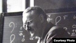 Dirijorul Hermann Scherchen vorbind despre știința sunetelor