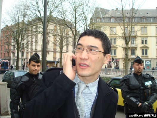 RFE/RL journalist Alisher Sidikov talks with NATO officials in Strasbourg in 2009.