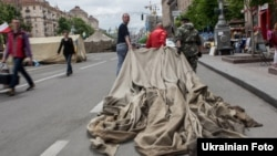Активисты Майдана уносят с площади разобранную палатку. Киев, 28 мая 2014 года.