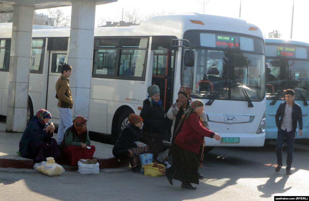 Aşgabadyň Teke bazaryndaky awtobus duralgasynda