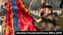 Predsednik Ukrajine Volodimir Zelenski tokom posete vojnicima na frontu