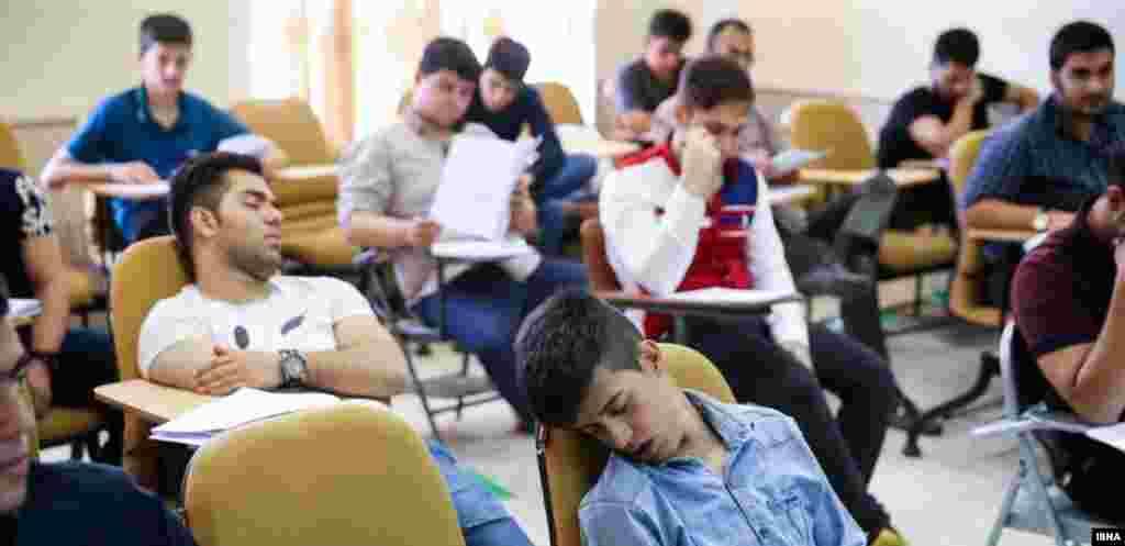 بعضی از داوطلبان کنکور امسال ترجیح دادند آینده درخشان تحصیلی خود را در خوابی عمیق تماشا کنند!