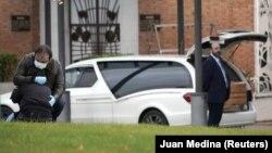 Porodica ispraća preminulog od korona virusa, Madrid