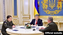 Ukrainian President Petro Poroshenko (center) holds a meeting with Defense Minister Stepan Poltorak (Lleft and Chief of Staff of Ukraine's Armed Forces Viktor Muzhenko in Kyiv on November 2.