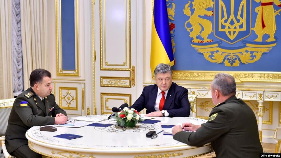Ukrainian President Petro Poroshenko (center) holds a meeting with Defense Minister Stepan Poltorak (Lleft and Chief of Staff of Ukraine's Armed Forces Viktor Muzhenko in Kyiv on November 2.