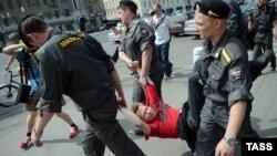 Задержание участника одной из акций в поддержку Михаила Ходорковского, 26 июня 2011
