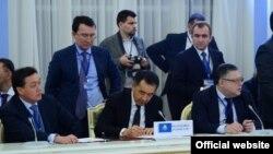 Қазақстан премьер-министрі Бақытжан Сағынтаев (ортада) ЕАЭО елдері үкімет басшыларының жиынына қатысып отыр. Мәскеу, 16 қараша 2016 жыл.