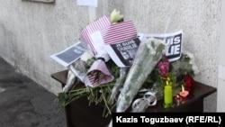 Цветы, возложенные журналистами у консульства Франции. Алматы, 8 января 2015 года.