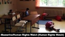 Дети в классе для занятий в интернате для инвалидов в России.