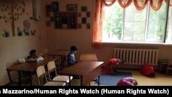 Занятие в коррекционном классе российского детского дома