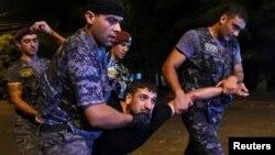 Ոստիկանները բերման են ենթարկում ցուցարարի, Երևան, Խորենացի փողոց, 21-ը հուլիսի, 2016թ.