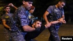 Полицейские подвергают приводу демонстранта на улице Хоренаци в Ереване, 21 июля 2016 г․
