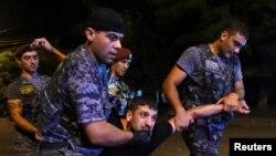 Нааразылык акциясына чыккандарды армян полициясы кармап аткан учуру. Армения, Ереван.