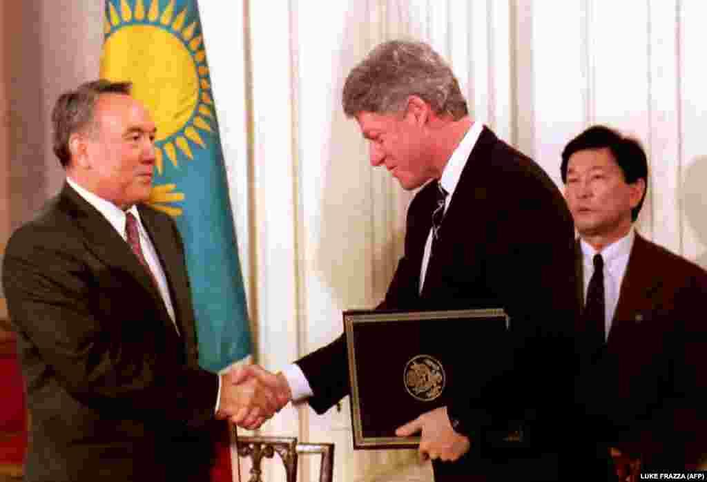 Президент США Билл Клинтон пожимает руку президенту Казахстана Нурсултану Назарбаеву после подписания договора о нераспространении ядерного оружия. Вашингтон, 14 февраля 1994 года.