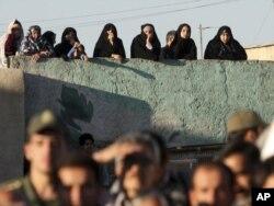 Толпа в Иране наблюдает за публичной смертной казнью. 2016 год