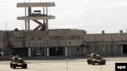 Tanket turke në një kamp të ushtrisë së Turqisë në kufirin Irak - Turqi