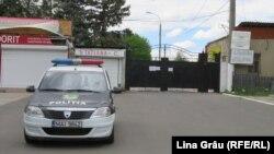 """Patrulă a poliție la poarta Cimitirului """"Sfântul Lazăr"""" din Chișinău"""
