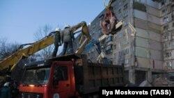 Сотрудники МЧС во время работ по разбору завалов на месте обрушения жилого дома в Магнитогорске.