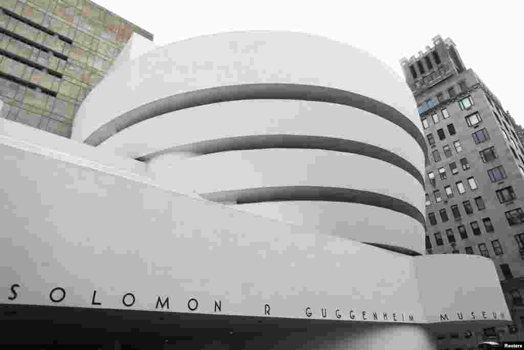 Now considered a landmark of modern architecture, New York's Solomon R. Guggenheim Museum, designed by Frank Lloyd Wright and opened in 1959, was criticized at the time as overshadowing the art contained inside, which the design of the building often made difficult to hang. A letter of protest was written by more than 20 artists who objected to having their work displayed in the Guggenheim.