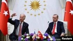 ABŞ-ın ovaxtkı vitse-prezidenti Co Bayden (solda) və Türkiyə prezidenti Recep Tayyip Erdoğan 2016-cı ildə Ankaradakı qəbul zamanı