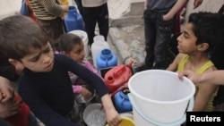 Дети в Алеппо в ожидании воды.