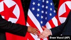 Рукопожатие Ким Чен Ына и Дональда Трампа. Остров Сентоса, Сингапур, 12 июня 2018 года
