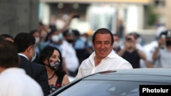 Лидер партии «Процветающая Армения» Гагик Царукян в момент прибытия к зданию суда в Ереване, 17 июня 2020 г.