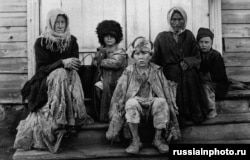 Голодающие жители Поволжья в 1920 году. Годом ранее Ленин в рамках политики «военного коммунизма» издал указ о принудительном изъятии излишков продовольствия у крестьян, чтобы прокормить армию и снабжать российские города.