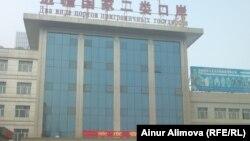 Одно из зданий на территории рынка для коммерсантов из стран СНГ. Урумчи, 20 февраля 2013 года.