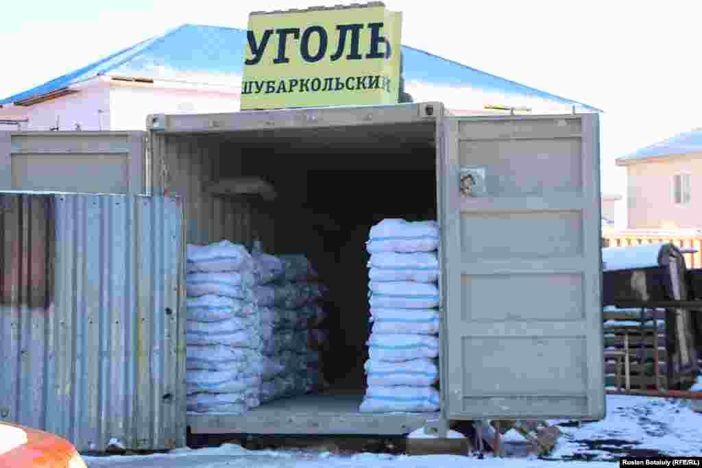 Астананың «Оңтүстік-шығыс» ауданында осындай контейнерлер көп. Қаппен көмір сату - саудагерге тиімді, алушыға шығын. Бірақ бірден тонналап алуға шамасы жетпегендер амалсыздан қаппен алады.