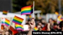 """Pjesëmarrësit në Paradën e parë të Krenarisë të mbajtur në Prishtinë, valëvisin """"Flamurin e Ylberit"""". Prishtinë, dhjetor, 2017."""