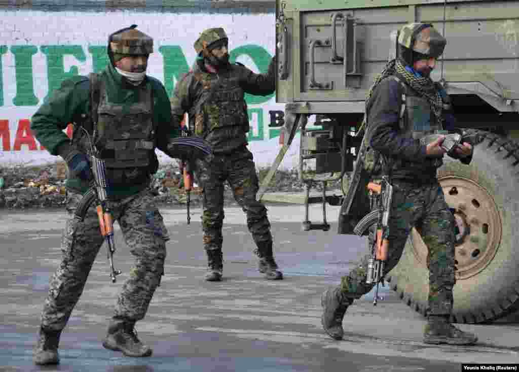 سربازان و شبهنظامیان دولتی هند در نزدیکی محل انفجار انتحاری مرگباری که به کشتهشدن دهها تن از نیروهای امنیتی هند انجامید؛ منطقه پولواما، کشمیر هند. دهلی نو میگوید تمام تلاش خود را بهکار میگیرد تا پاکستان را در انزوای کامل قرار دهد. اسلامآباد دست داشتن در حمله کشمیر را رد کردهاست.