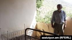 Հայաստան – Սոկրատ Առաքելյանը ցույց է տալիս Վարհավար գյուղի իր տան փլուզված պատը, արխիվ