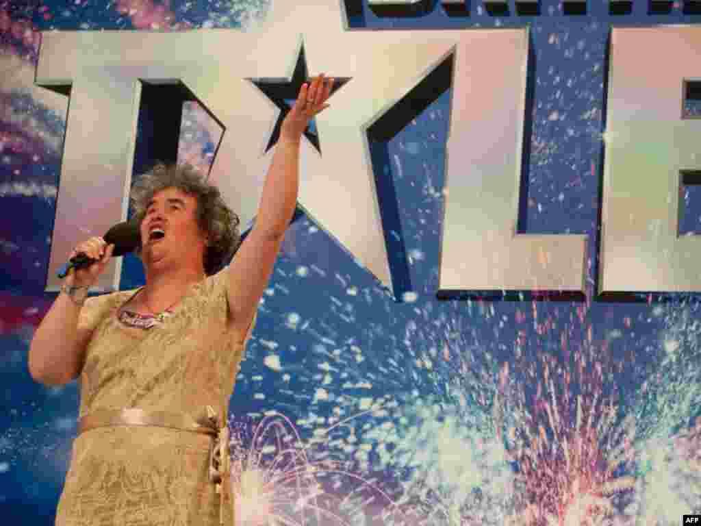 Velika Britanija - Muzička senzacija - Susan Boyle ima 48 godina,živi u jednom selu u Škotskoj,nije atraktivna- ali je nakon svog učešća u engleskom reality -show muzičkih talenata postala svjetska senzacija. Svi su joj se podsmijevali dok nije počela pjevati. Na YouTube portalu je njenu izvedbu do sada vidjelo 60 milijuna ljudi.