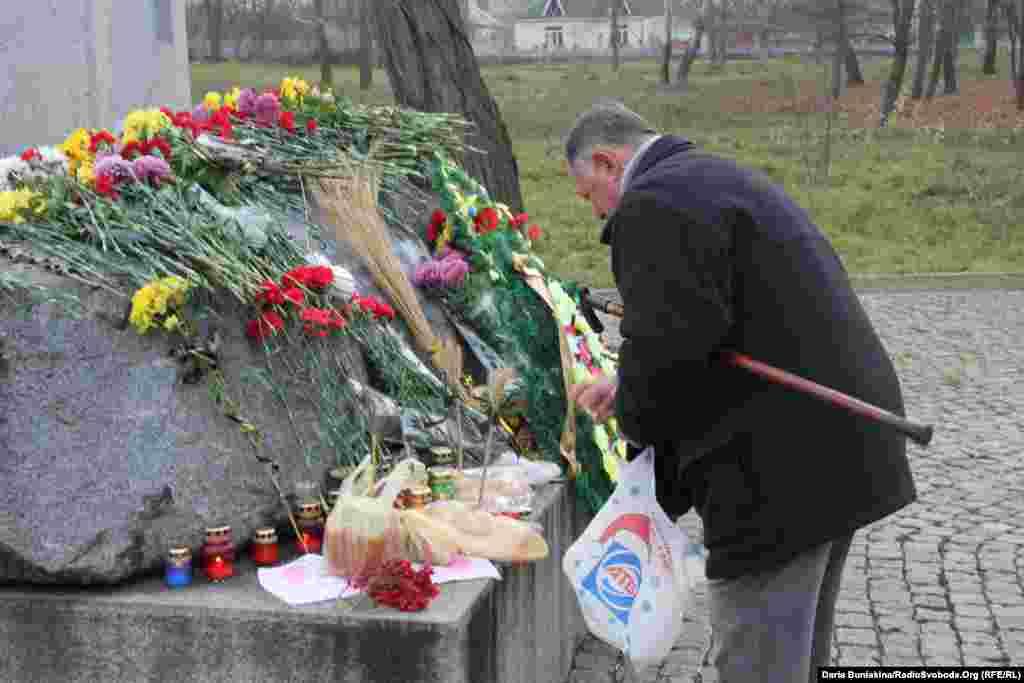 Ukraine -- Activists mourn Holodomor victims, Cherkasy, 23Nov2013