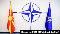 Знамињата на Северна Македонија и НАТО во седиштето на Алијансата